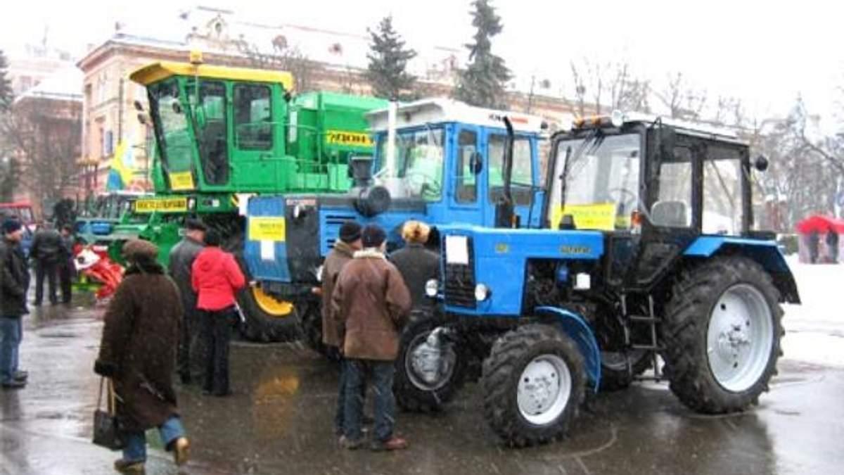 Азаров хочет пересадить молдаван на украинские тракторы