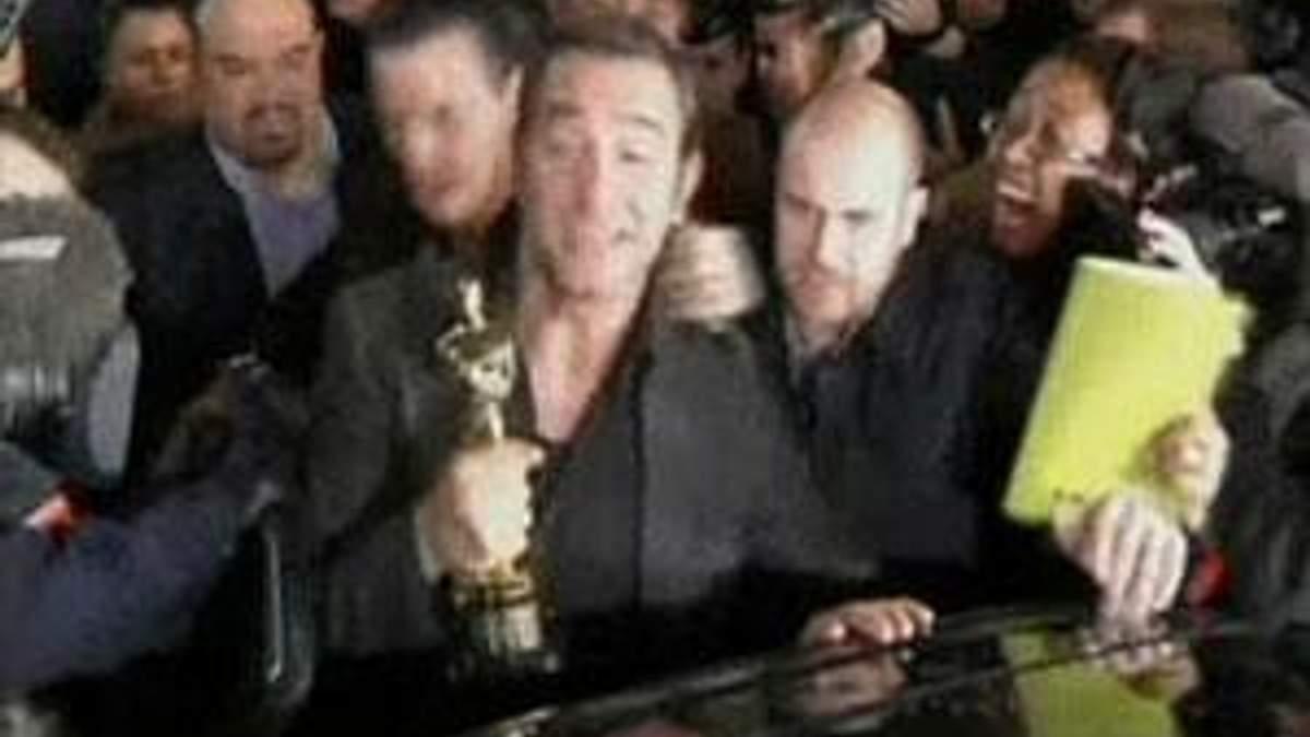 "Французский актер Жан Дюжарден привез ""Оскар"" на родину"