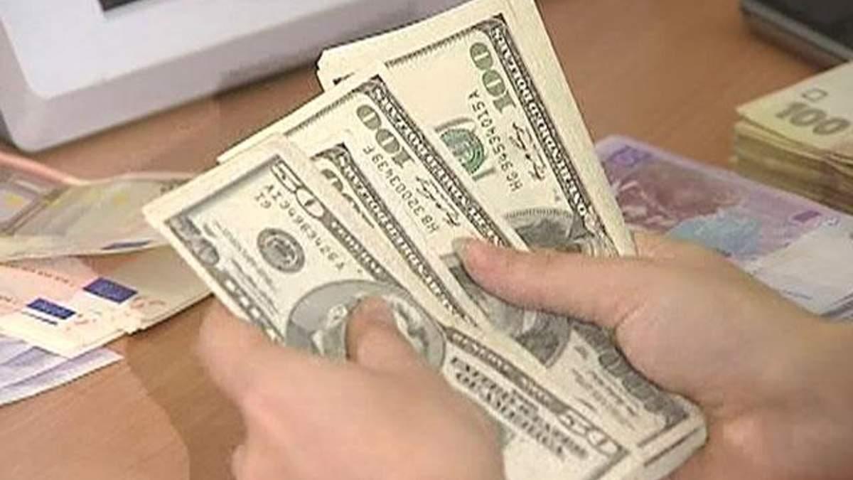 Українці масово переводять свої заощадження в долари