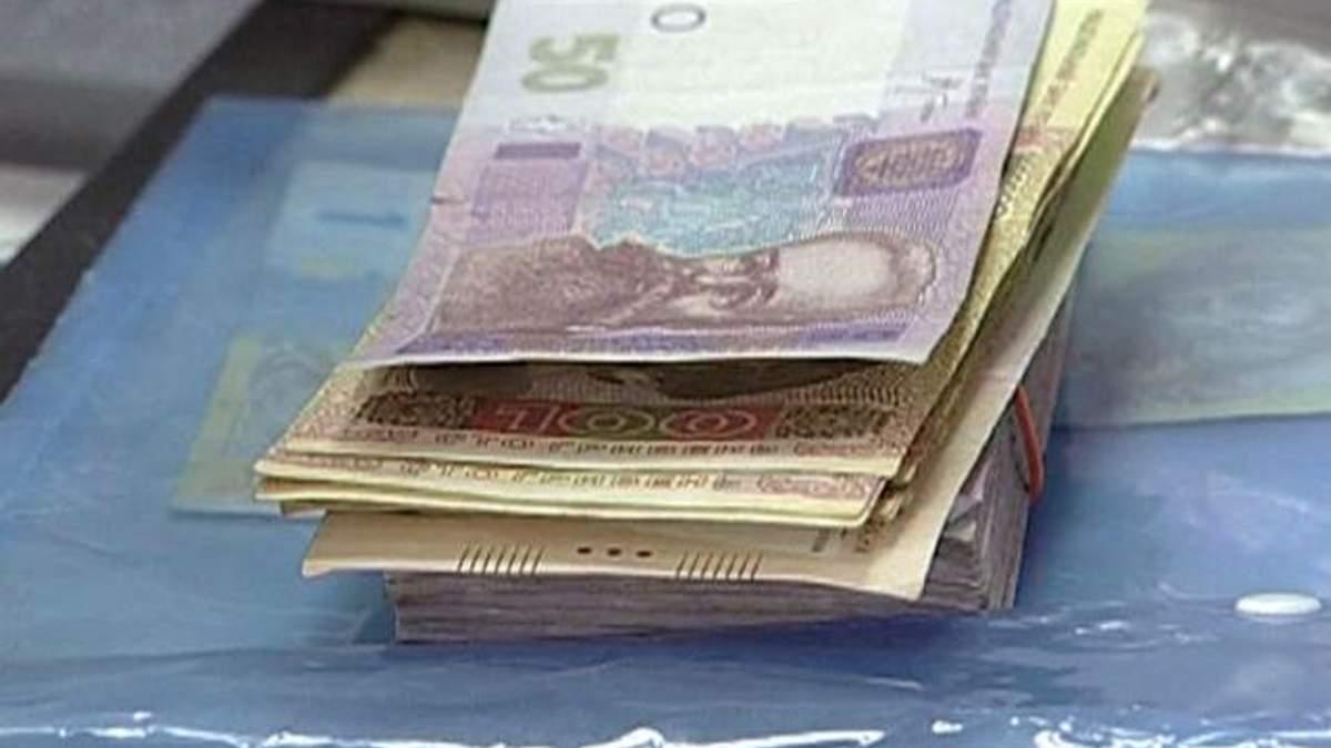 Украинцы меняют гривневые депозиты на валютные