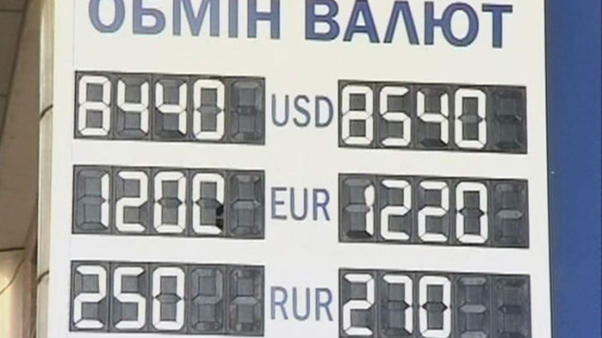 Украинцы практически прекратили снимать валютные сбережения