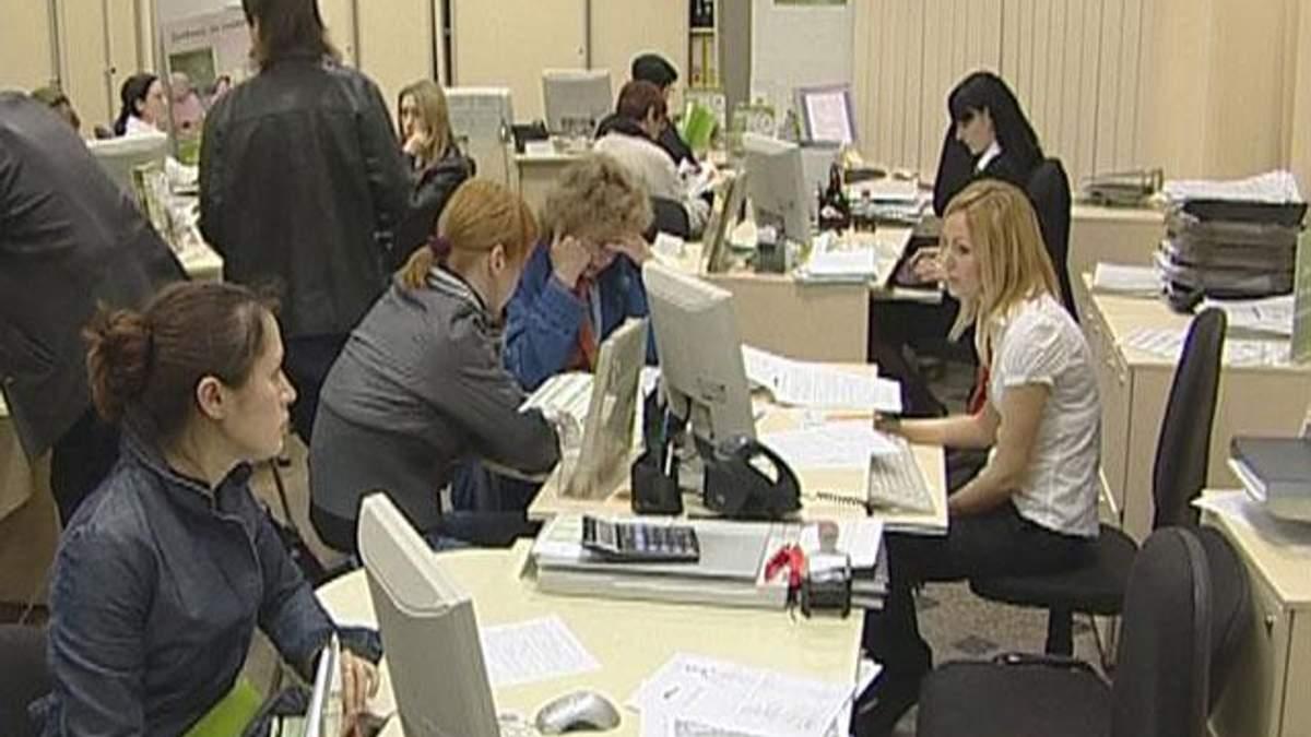 Українці перестали масово забирати гроші з банків