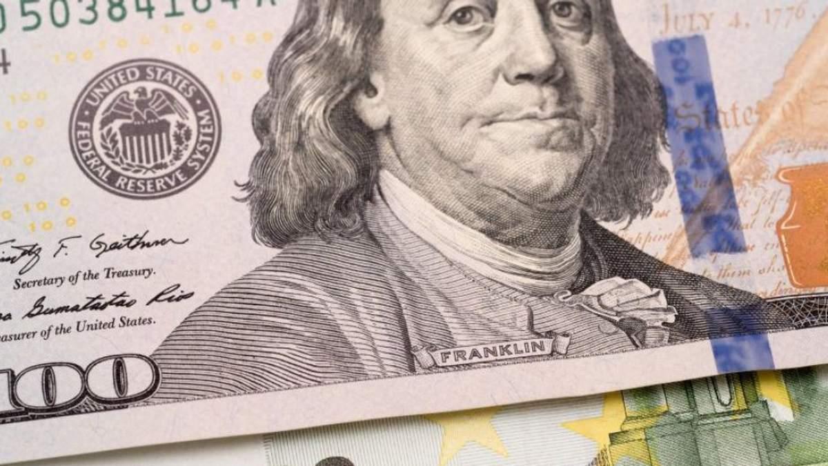 Українці масово продають валюту: в 6 разів більше, ніж у лютому