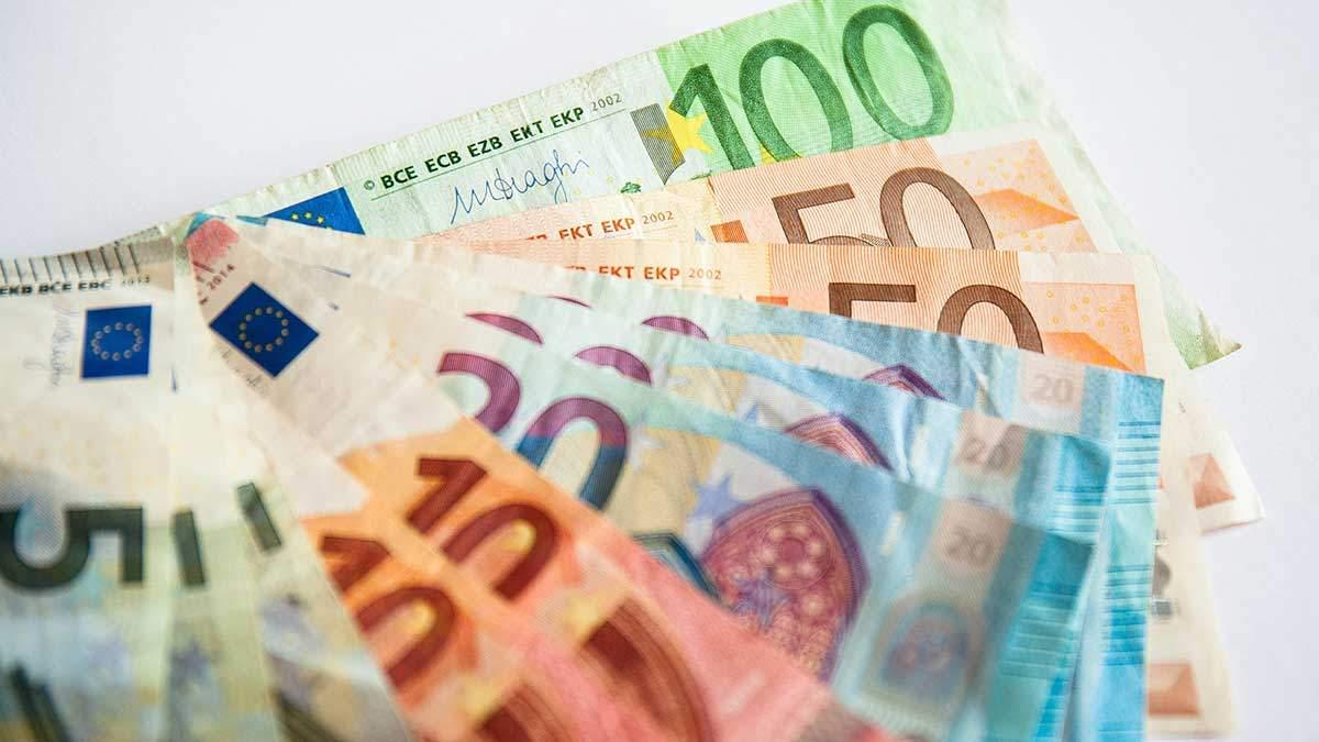 Курс валют на 23 квітня: євро дещо втрачає, долар – не відстає