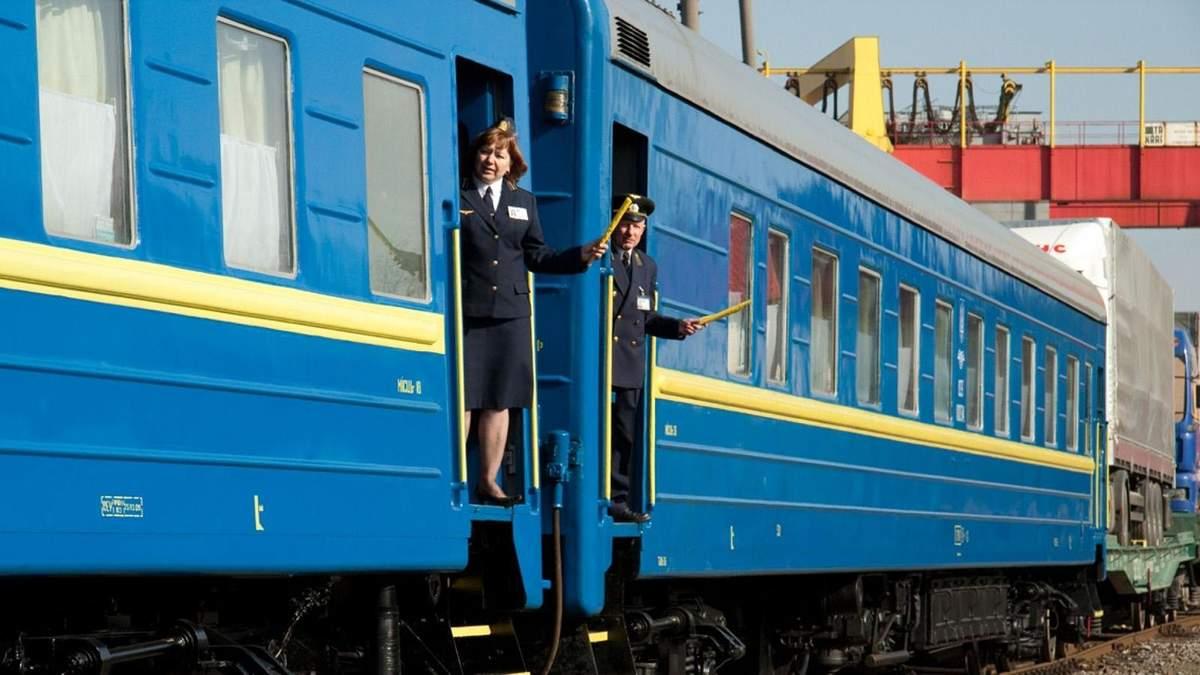 Укрзализныця жалуется на убыточные пассажирские перевозки, тратя миллионы на хлам: детали
