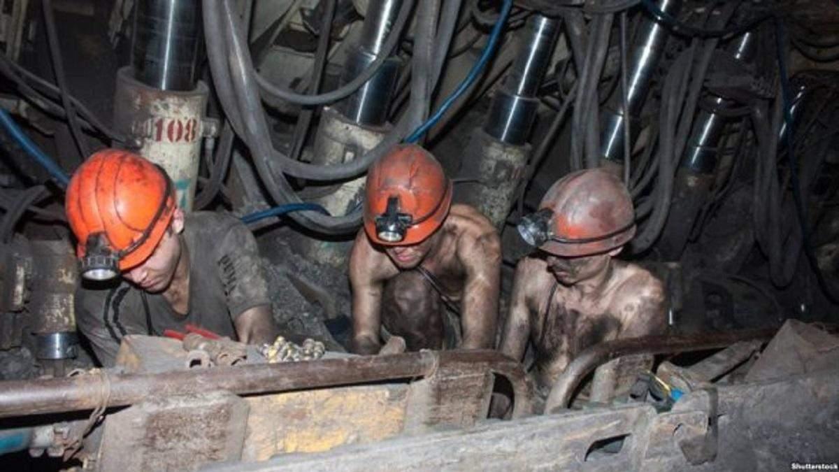 """Шахтере """"Первомайскуголь"""" вторые сутки не выходят из шахт, требуя выплату зарплат"""