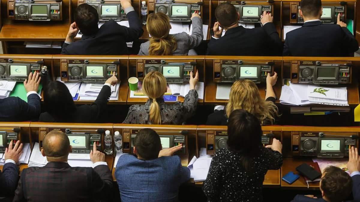 """Частина """"слуг народу"""" закликала ухвалити """"антиколомойський"""" законопроєкт, аби уникнути дефолту"""