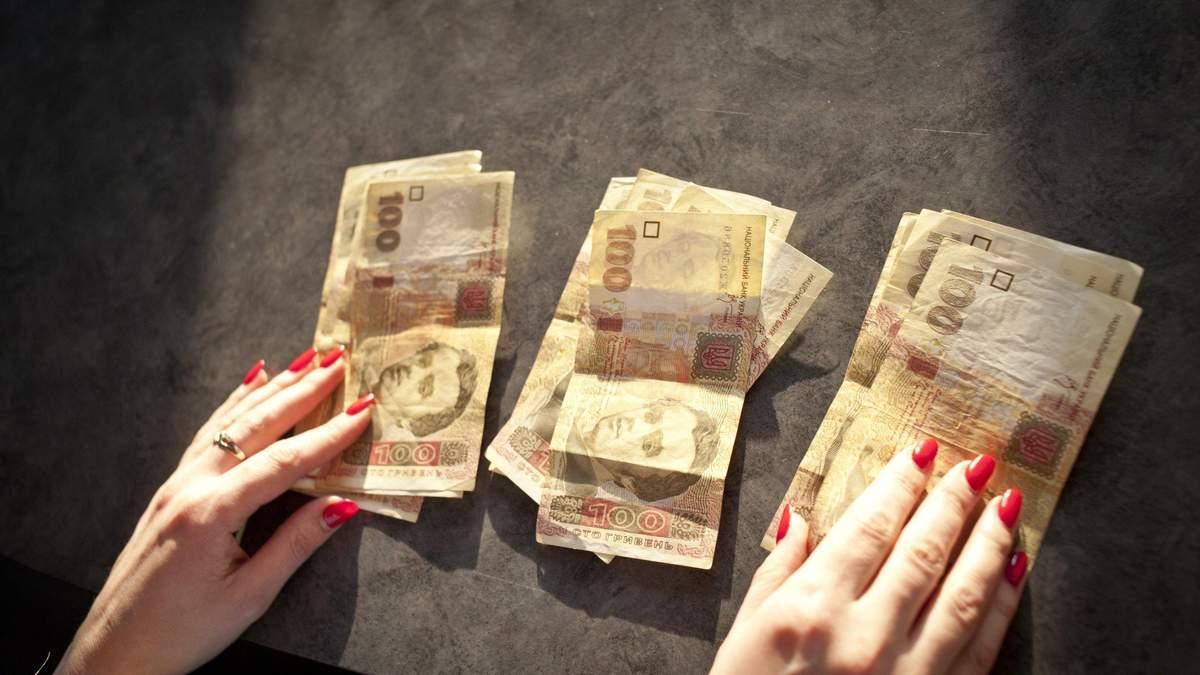 Каждая третья гривна идет на погашение долга