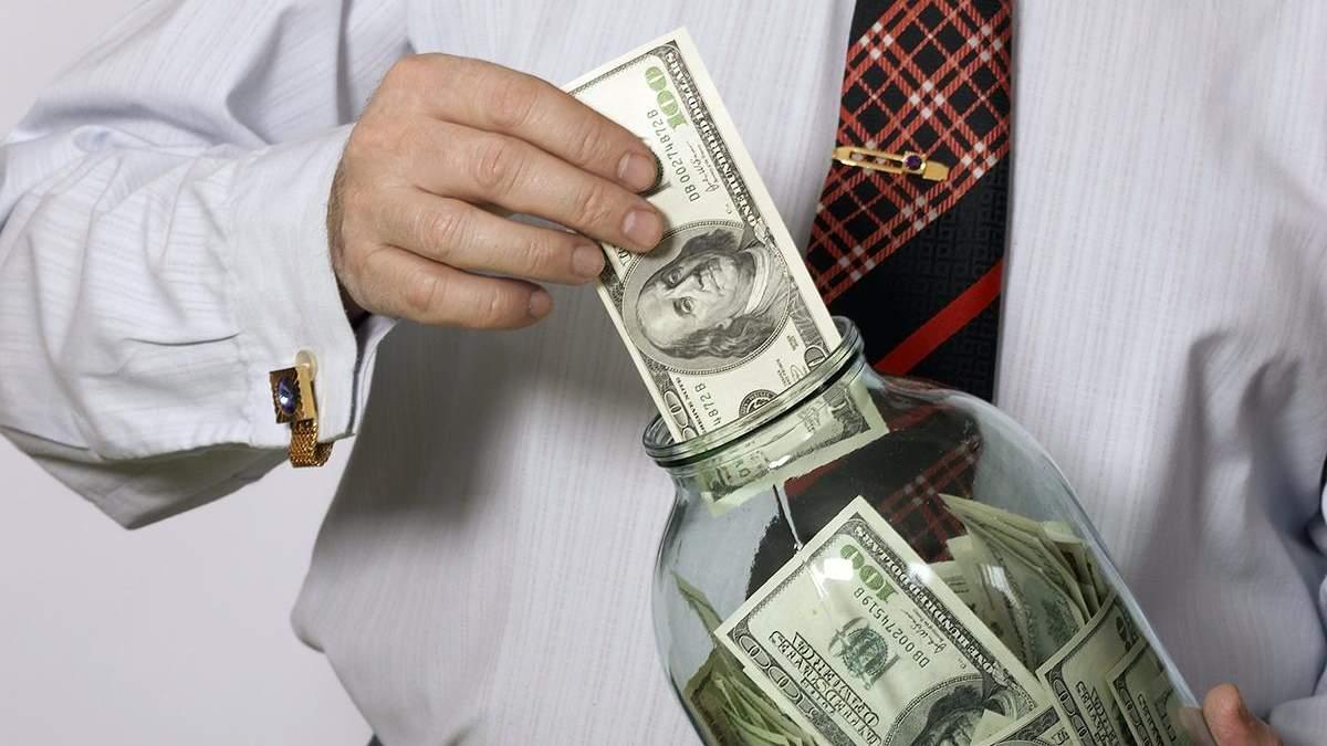 Кількість грошей у гривнях на рахунках  українців у банках збільшилися, а доларів поменшало
