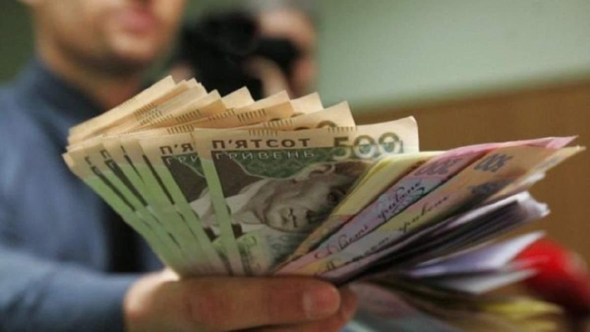 Середня зарплата в Україні у квітні 2020 знизилася: сума від Держстату
