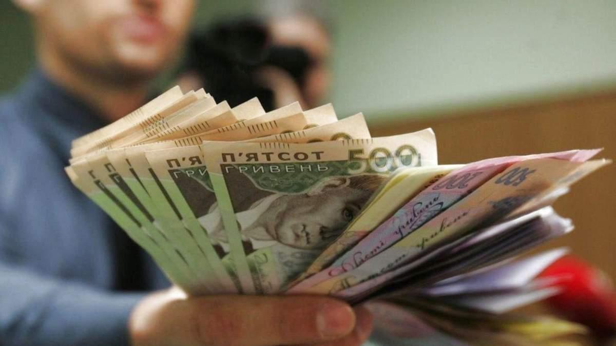 Мінімальну зарплату піднімуть: плюси та мінуси для українців