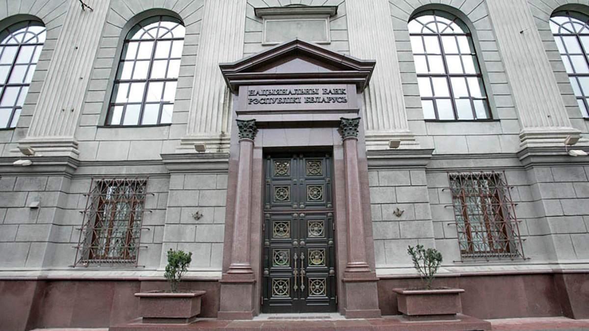 Нацбанк Білорусі припинив кредитувати банки: люди продовжують скуповувати валюту