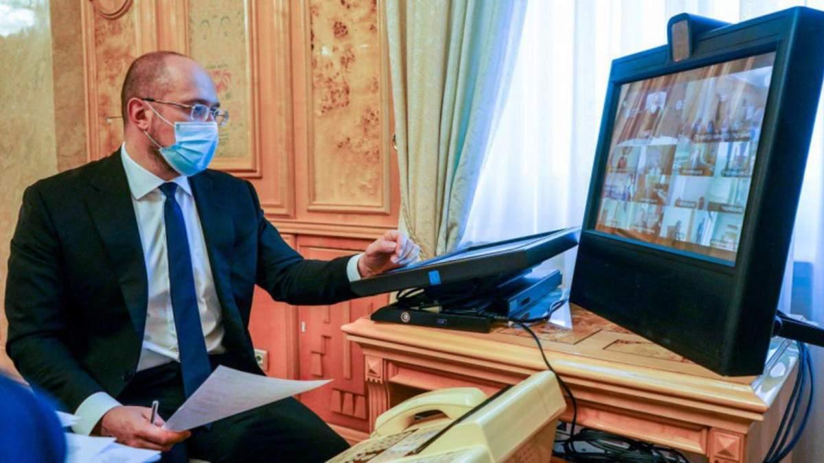Задержка доплат для медиков: Шмыгаль грозит чиновникам увольнением