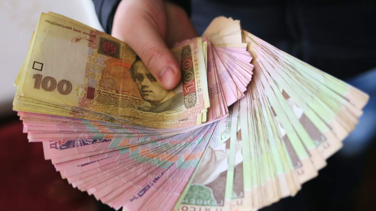Средняя зарплата украинцев продолжает падать с апреля 2021