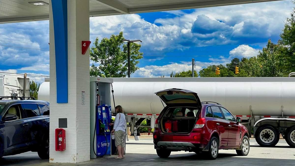 Великі мережі автозаправок відреагували на підвищення граничних цін на пальне в Україні - Економічні новини України - Економіка